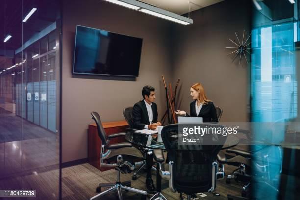 trabajo en equipo en empresa moderna en américa latina - responsabilidad fotografías e imágenes de stock