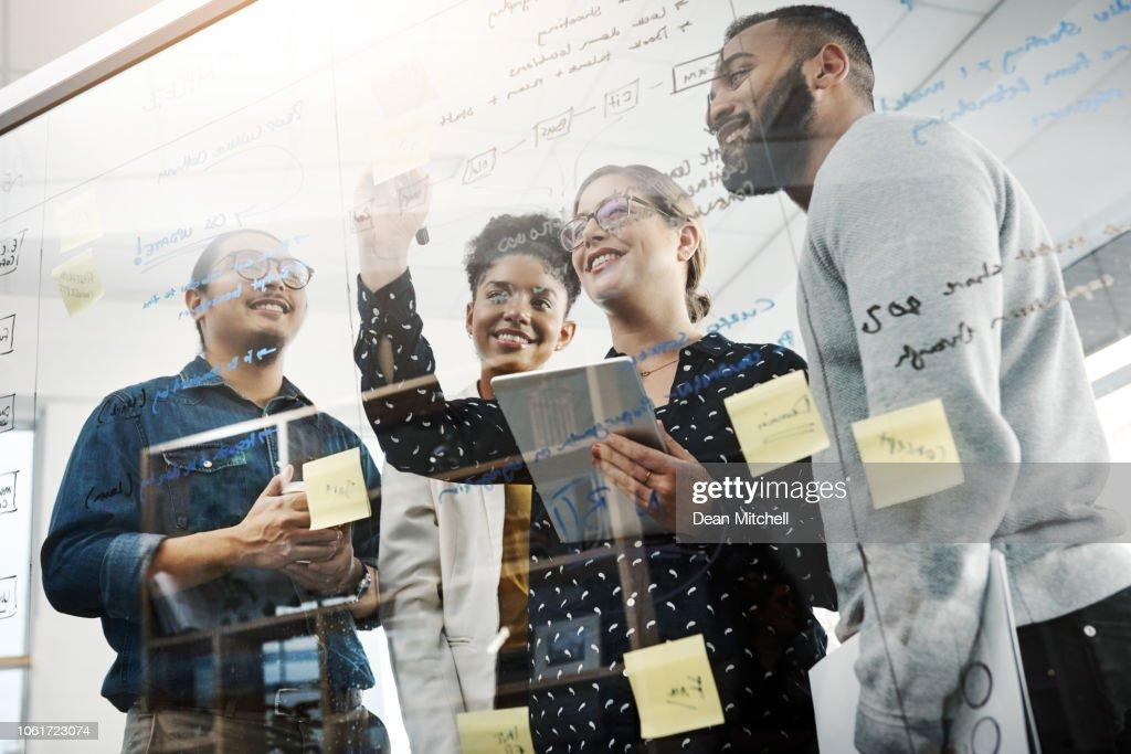 Trabalho em equipe faz brainstorm funcionar : Foto de stock