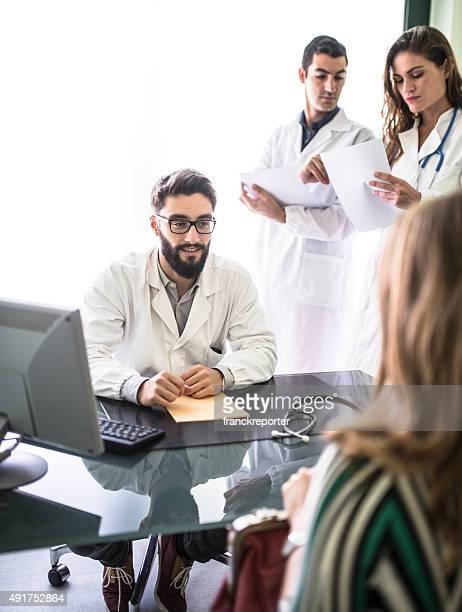 Travail d'équipe de médecins à le bureau pour une réunion