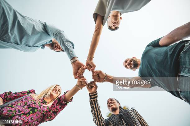 teamwork, partnerschaft, gemeinsam stärker! - soziale gerechtigkeit stock-fotos und bilder