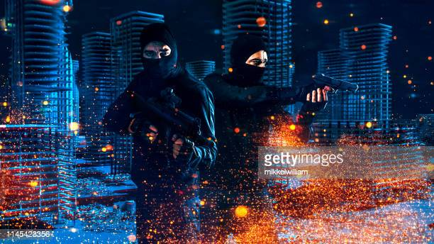 trabajo en equipo realizado por soldados de videojuegos sosteniendo armas en la zona de guerra por la noche - hud graphical user interface fotografías e imágenes de stock
