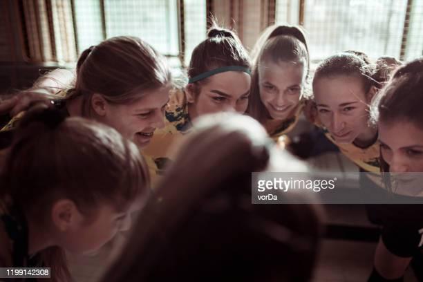 teamwork - huddle stockfoto's en -beelden