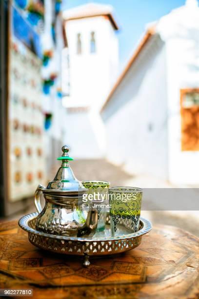 teapot with arabic style glasses in granada - cultura marroquí fotografías e imágenes de stock
