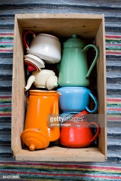tea-pots in box - utensílio de cozinha equipamento doméstico - fotografias e filmes do acervo