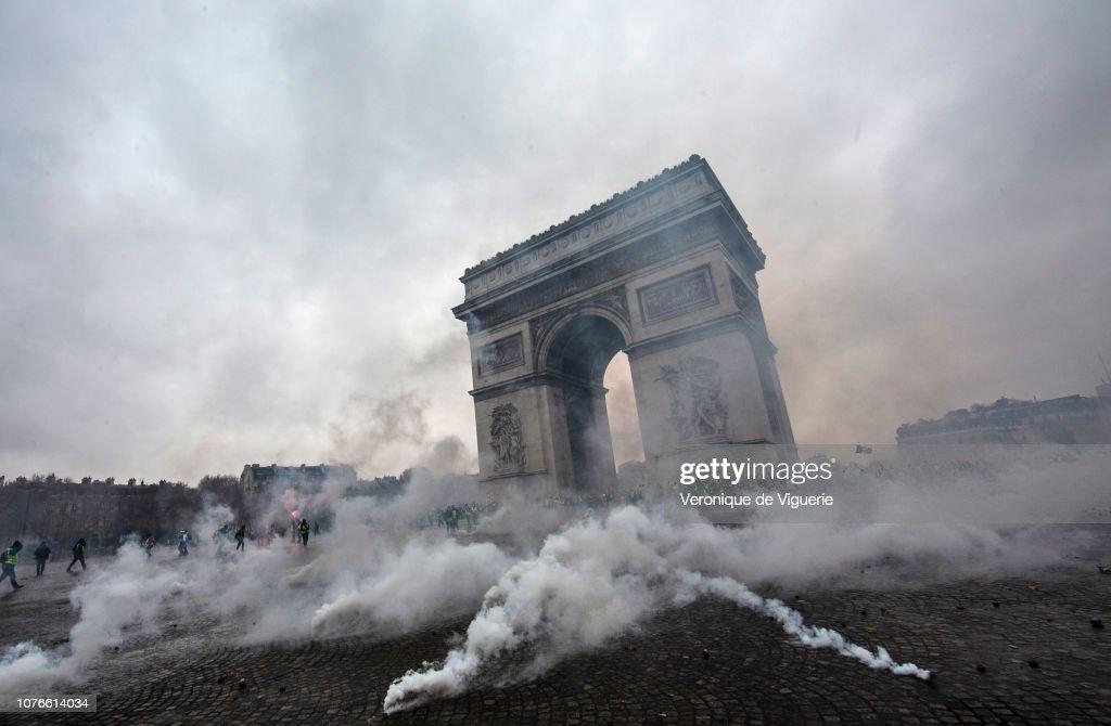 France's 'Yellow Vest' Protesters Return to Champs-Elysees : Fotografía de noticias