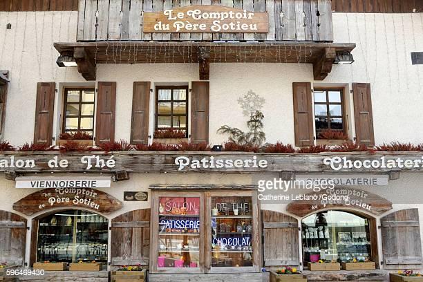 tearoom, pastry, chocolate. le comptoir du père sotieu. megève. - ムジェーヴ ストックフォトと画像