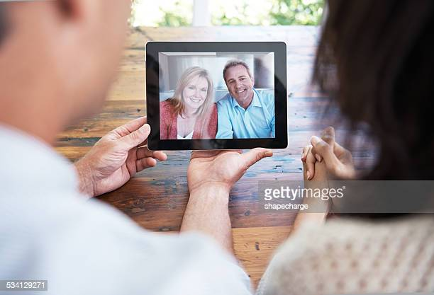 tech that helps them to stay connected - heteroseksueel koppel stockfoto's en -beelden