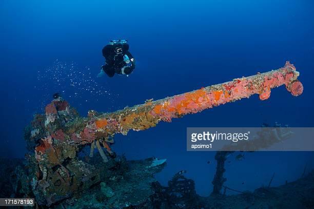 plongeur technique avec destroyer gun - lagon chuuk photos et images de collection