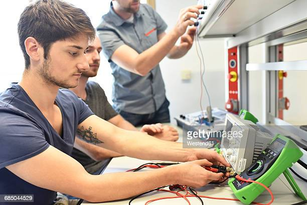 technical instructor teaching students - mechatronics stock pictures, royalty-free photos & images