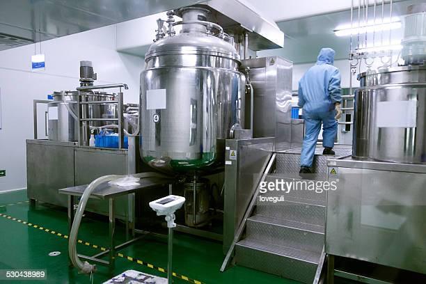 Techniker-Herstellung Ausstattung und Reaktoren in Apotheke factory