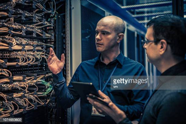 it technician explaining server configuration to a manager - data center stock pictures, royalty-free photos & images
