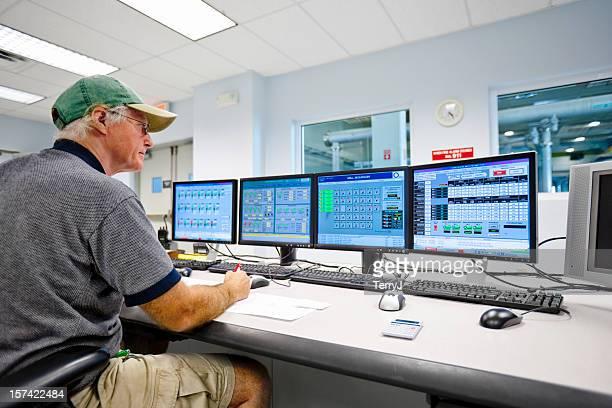 monitoraggio in sala di controllo tecnico - pianta acquatica foto e immagini stock