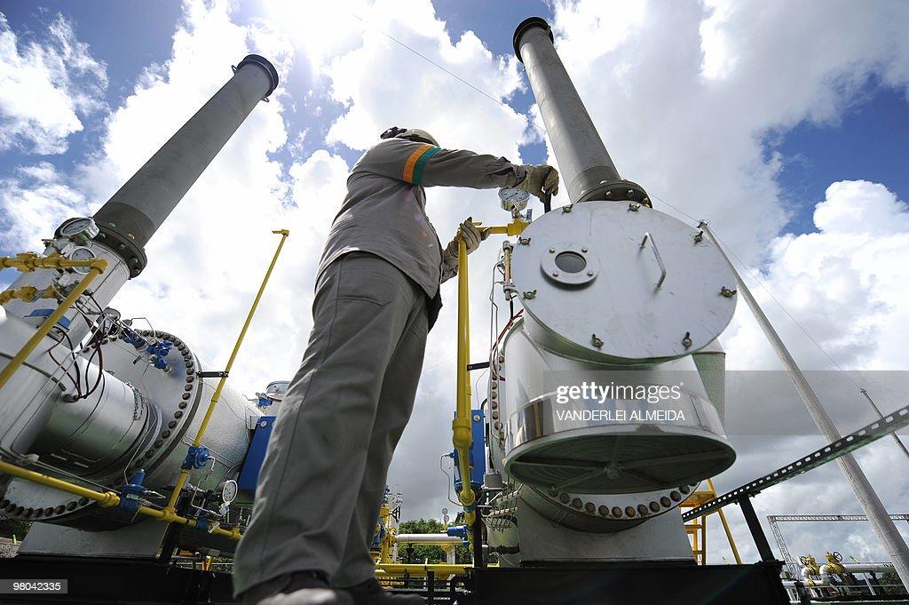 A technician of the Brazilian state oil : News Photo