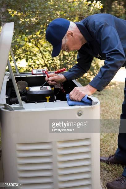 teknikertjänster utanför ac-enheter och generator. - generator bildbanksfoton och bilder