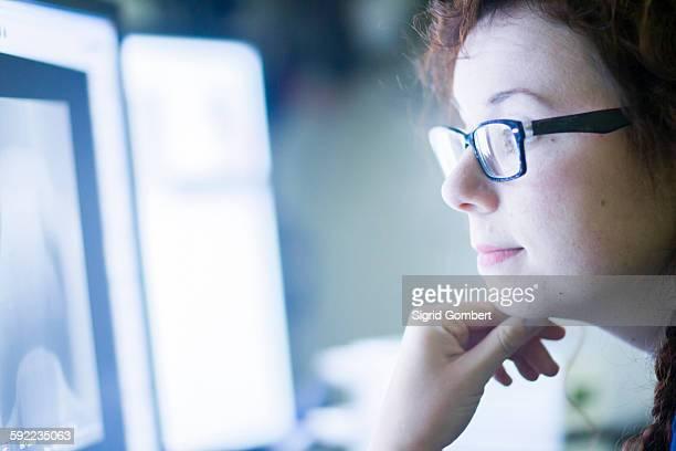 technician working in laboratory - sigrid gombert stock-fotos und bilder