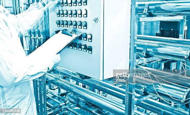 Técnico trabajando en sistema de purificación de agua