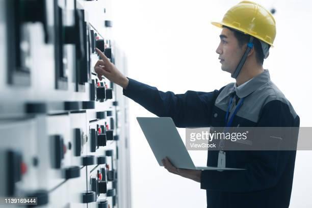 technicians work in a factory - 作業着 ストックフォトと画像