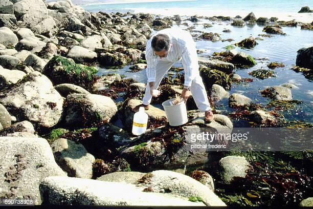 Technicien de l'ANDRA prélevevant de l'eau de mer afin d'en vérifier la radioactivité French organization National Agency of Radioactive Waste...