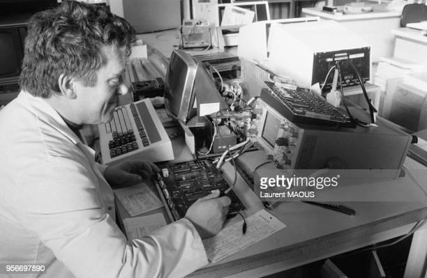 Technicien procédant à la mise au point d'un ordinateur Questar à l'usine CIIHoneywell Bull en janvier 1981 à Angers France