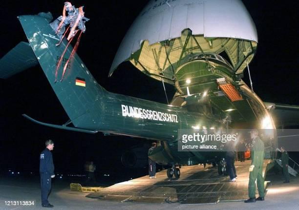 Techniker des Bundesgrenzschutzes entladen in der Nacht zum 532000 auf dem Flughafen von Maputo Helikopter aus einem GroßraumTransportflugzeug vom...