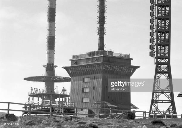 Technikgebäude und Sende und Empfangsanlagen auf dem Gipfel des Brocken im Harz aufgenommen im Februar 1993 Jahrzehntelang war der Brocken...