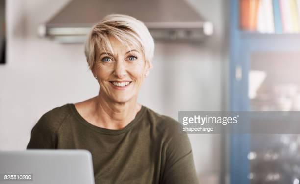 la tecnología ha evolucionado mucho en los años - 50-59 years and women only fotografías e imágenes de stock