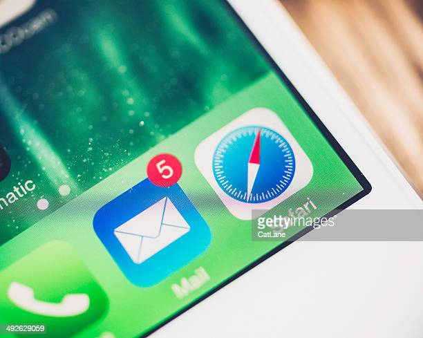 technology: iphone5 showing e-mail icon badge - e mail stockfoto's en -beelden