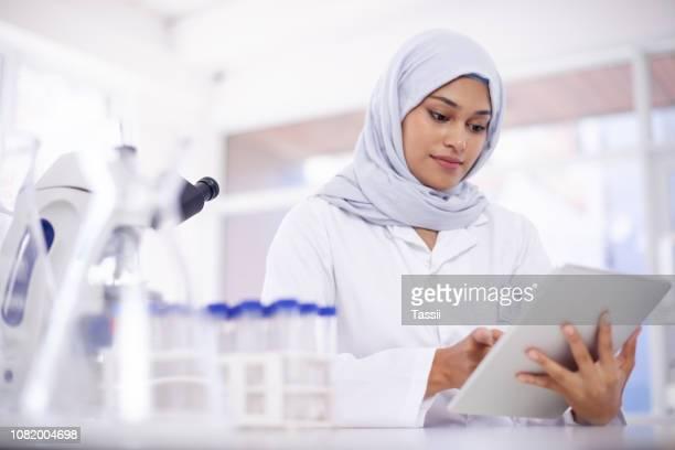 la technologie est indispensable dans un tel champ avancé - arabie saoudite photos et images de collection