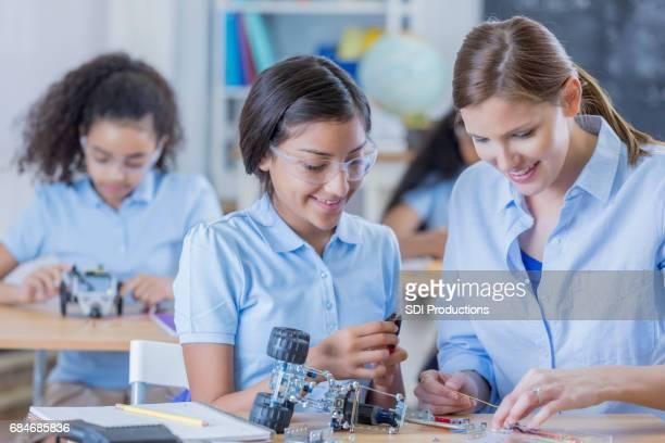 技術の先生によりクラスの中学生
