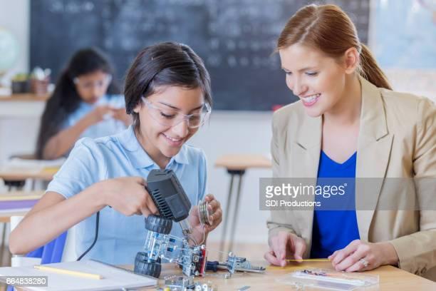技術の先生は、ロボット プロジェクトの学生