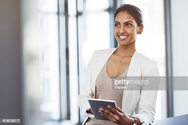 technology that supports her business vision - femme indienne photos et images de collection