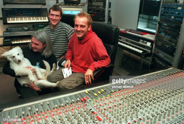 TechnoPopStar Sven Väth mit EyeQ Manager Heinz Roth und Hund Lisa und Produzent Steffen Britzke am 2631996 in ihrem Studio in Offenbach Wenn...