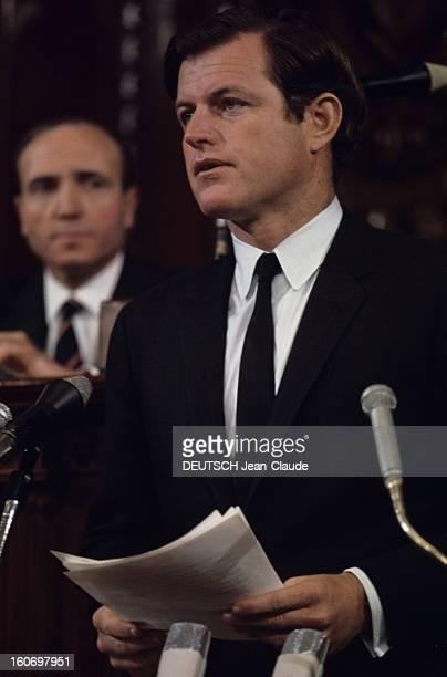 Ted And Joan Kennedy In Brussels For The Twentieth Anniversary Of Nato Belgique Bruxelles 1969 Ted KENNEDY costume noir sur chemise blanche et...
