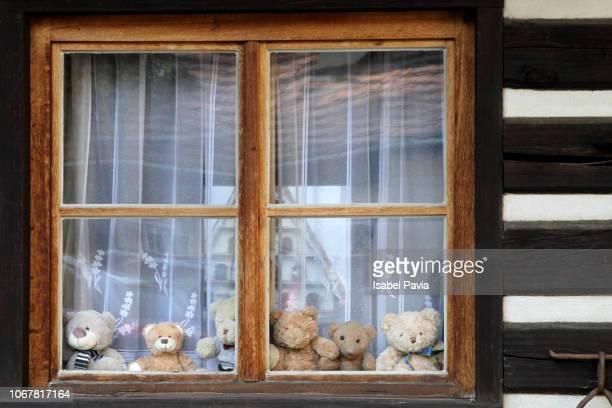 teddy bears in a window - テディベア ストックフォトと画像