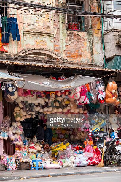 teddybear shop in old colonial building - merten snijders stock pictures, royalty-free photos & images