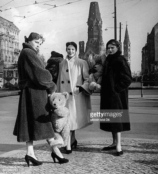 TeddyMäntel in braun anthrazit und beigeHüte von VerseAufnahme 1952Originalaufnahme im Archiv von ullstein bild