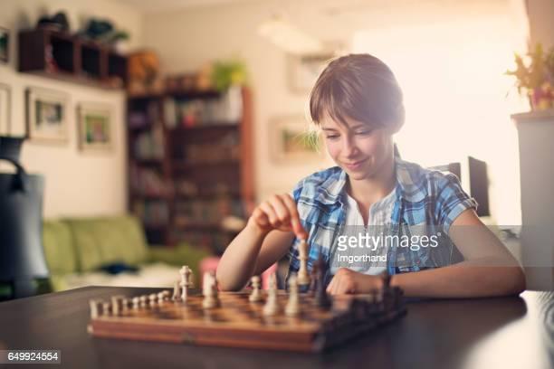 Teeange meisje SpeelSpel van Schaken