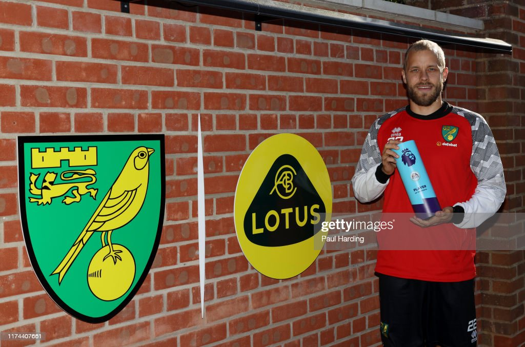 Teemu Pukki is Presented with the Premier League Player of the Month Award for August : News Photo