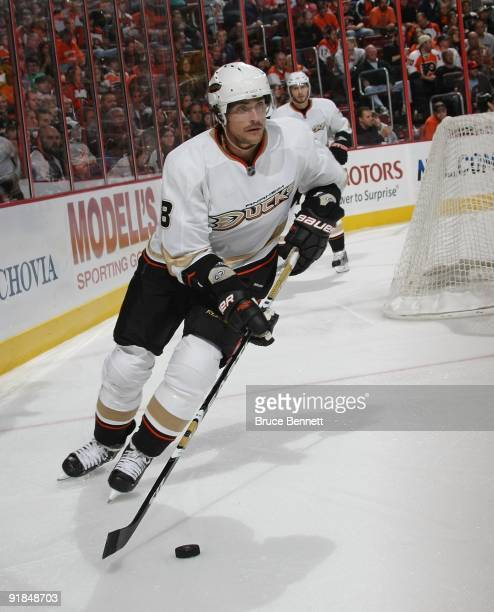 Teemu Selanne of the Anaheim Ducks skates against the Philadelphia Flyers at the Wachovia Center on October 10, 2009 in Philadelphia, Pennsylvania.