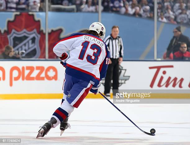Teemu Selanne of the Winnipeg Jets alumni charges up ice with the puck during the 2016 Tim Hortons NHL Heritage Classic alumni game at Investors...