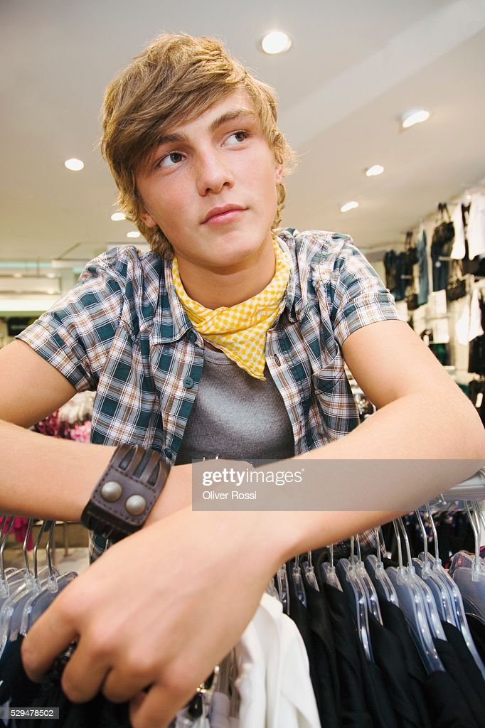 Teen boy in clothing store : Stockfoto