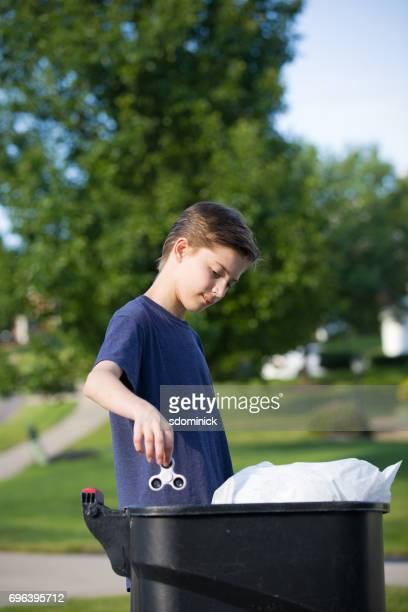 Teen Boy mettant Fidget Spinner dans Trash