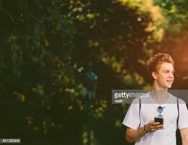 Teen Junge im Park spazieren