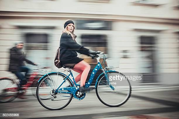 10 代のカップルと自転車の街