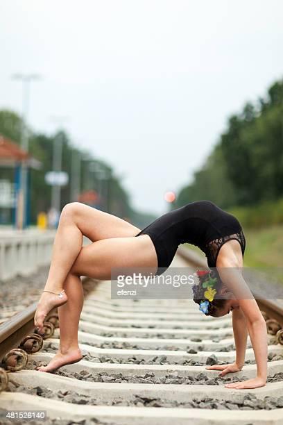 Teen weibliche Turner bei der Bend auf Railway Track