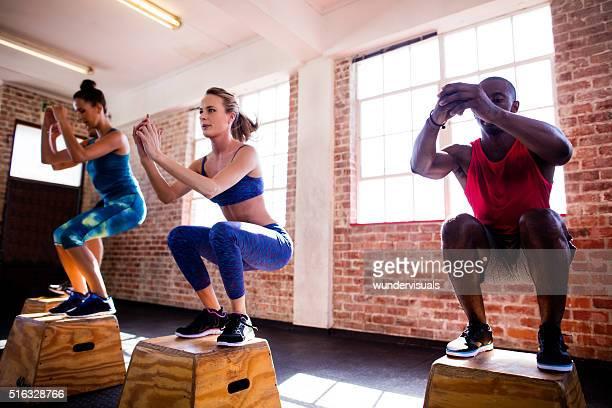 Teen Freunde springen in einem crossfit-workout