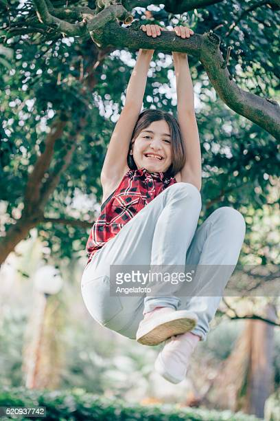 Teen Mädchen liegt auf einem Baum Branch