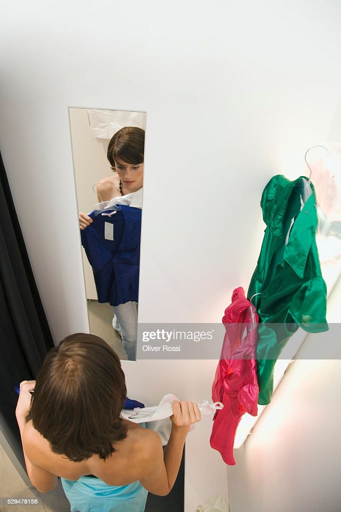 Teen girl in dressing room : Stockfoto