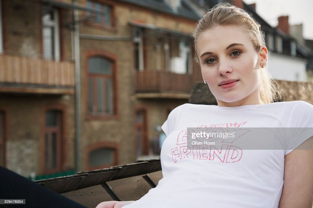 Teen girl in urban setting : Stock-Foto