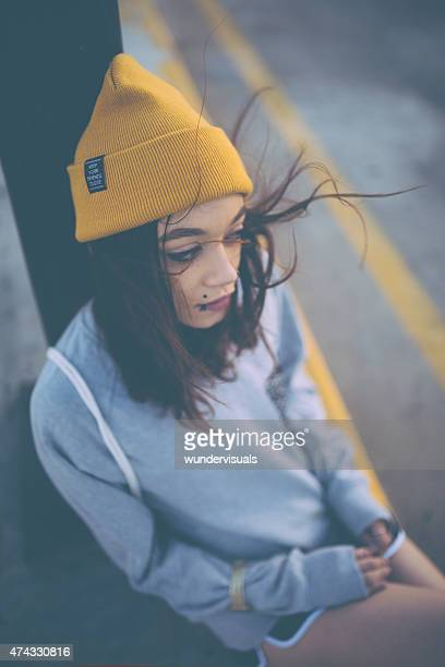 Teen Mädchen in gelben beanie mit wind in Ihrem Haar